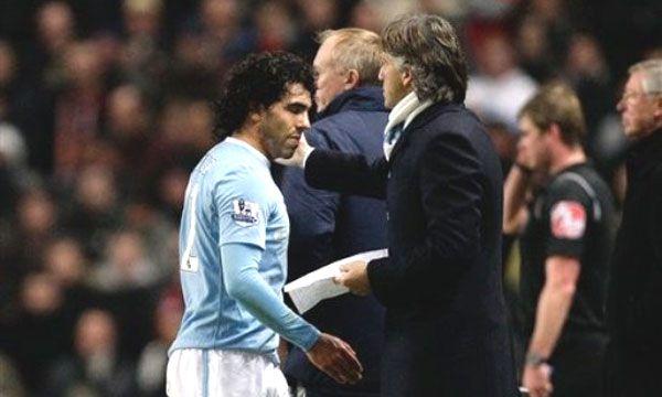 Carlos Tevez y el DT Roberto Mancini estuvieron enfrentados en el Manchester City (AP)