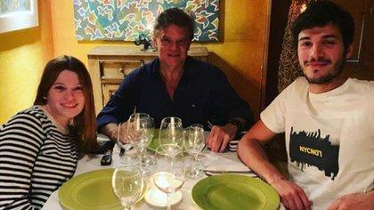 Enrique Sacco junto a Luna y Agustín, los hijos de Débora Pérez Volpin (Foto: Instagram)