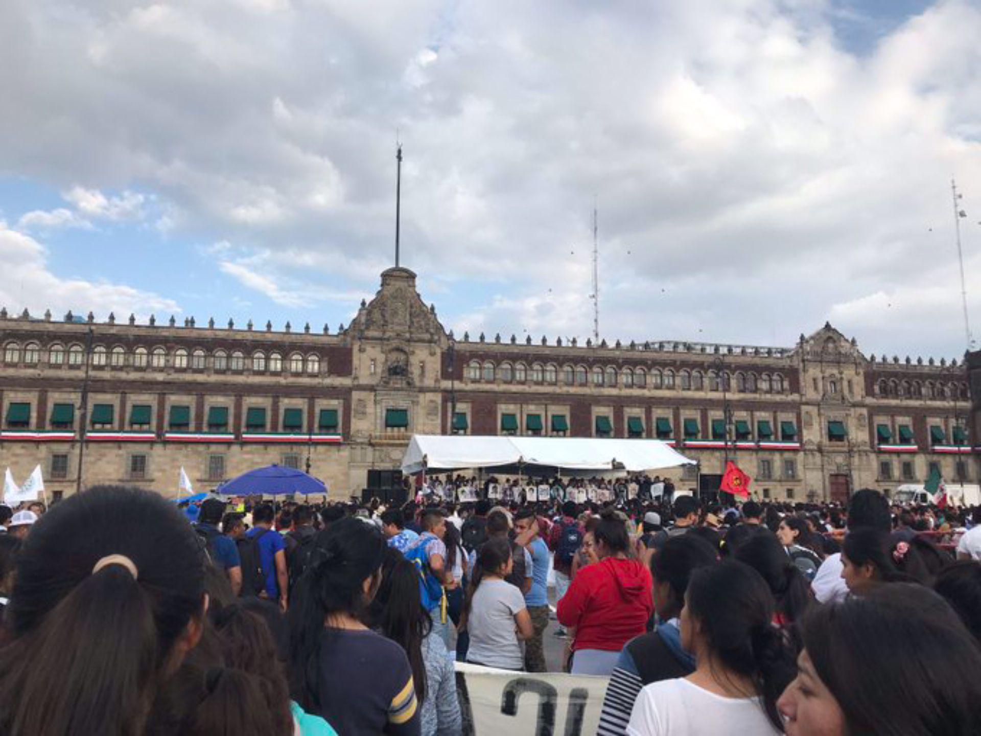 Miles de personas exigen todos os meses en distintas ciudades que se aclare el caso de los normalistas (Foto: Cuartoscuro)