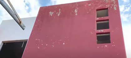 La fachada luce descarapelada y las ventanas ya no existen en el sitio (Foto: Captura de pantalla/ Youtube @Margarito Music Oficial)