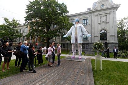Una estatua de 6 metros de altura, realizada por el escultor Aigars Bikse,  en homenaje a los médicos se erige en Riga, Letonia (REUTERS/Ints Kalnins)