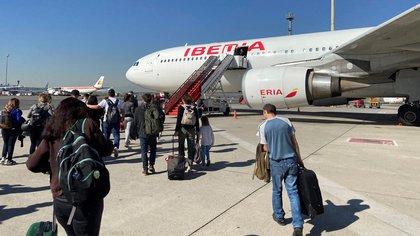 En total, 288 personas se encuentran en la principal terminal aérea del país para subirse al avión que saldrá de Montevideo a las 14.15 hora local (17.15 GMT) y en el que, además, viajaran cinco perros. EFE/José María Rodríguez/Archivo