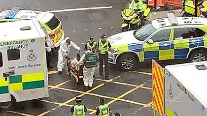 Una foto tomada del Twitter de Milroy1717 muestra a los servicios de emergencia llevando a una víctima del incidente (Foto de STRINGER / Milroy1717 / AFP)