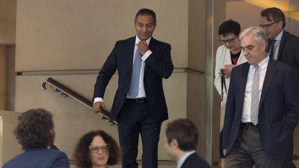 Los embajadores de Portigal y Alemania al salir de la reunión (Adrián Escandar)