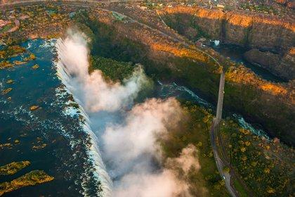 En agosto, el flujo de las Cataratas Victoria se reduce, lo que hace que sea emocionante el rafting en aguas bravas en el Zambezi (Shutterstock)