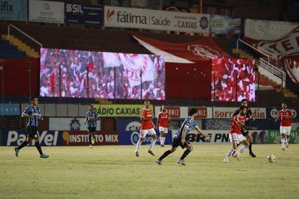 En el estadio Centenario hubo pantallas con videos de la torcida de Inter (REUTERS/Diego Vara)