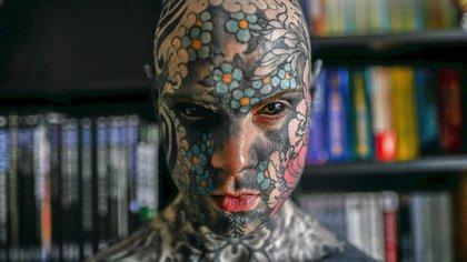 Motivos florales de colores en el cráneo, cabeza de demonio en la espalda y sus ojos rellenos con tinta negra: el ídolo de las convenciones de tatuajes comenzó a cubrir su cuerpo en 2012