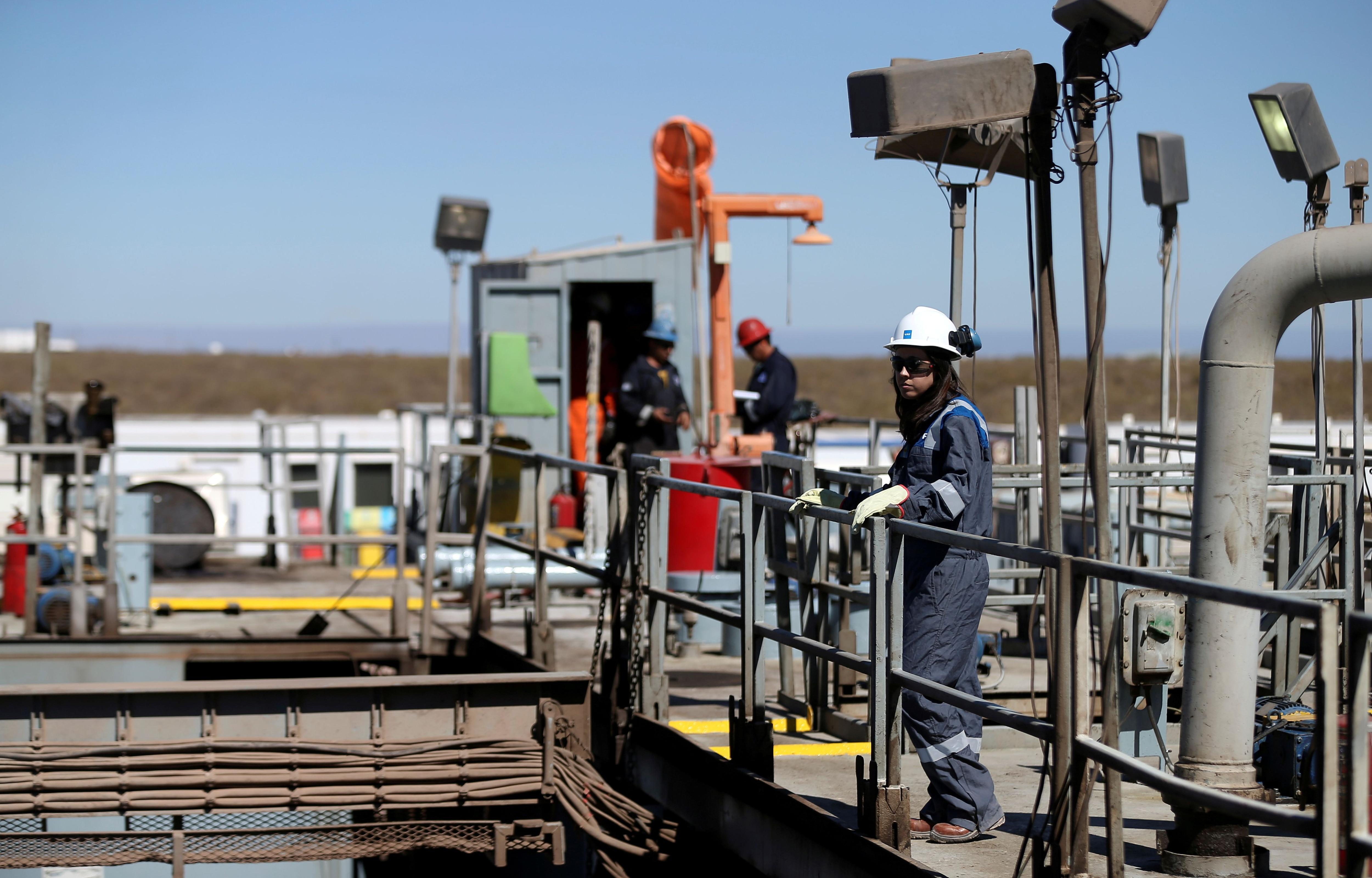 Un operario de una de las plataformas de la cuenta de shale gas (REUTERS/Agustín Marcarian)