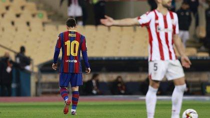 Soccer Football - Spanish Super Cup Final - FC Barcelona v Athletic Bilbao - Estadio La Cartuja de Sevilla, Seville, Spain - January 17, 2021 Barcelona's Lionel Messi walks off the pitch after being sent off REUTERS/Marcelo Del Pozo