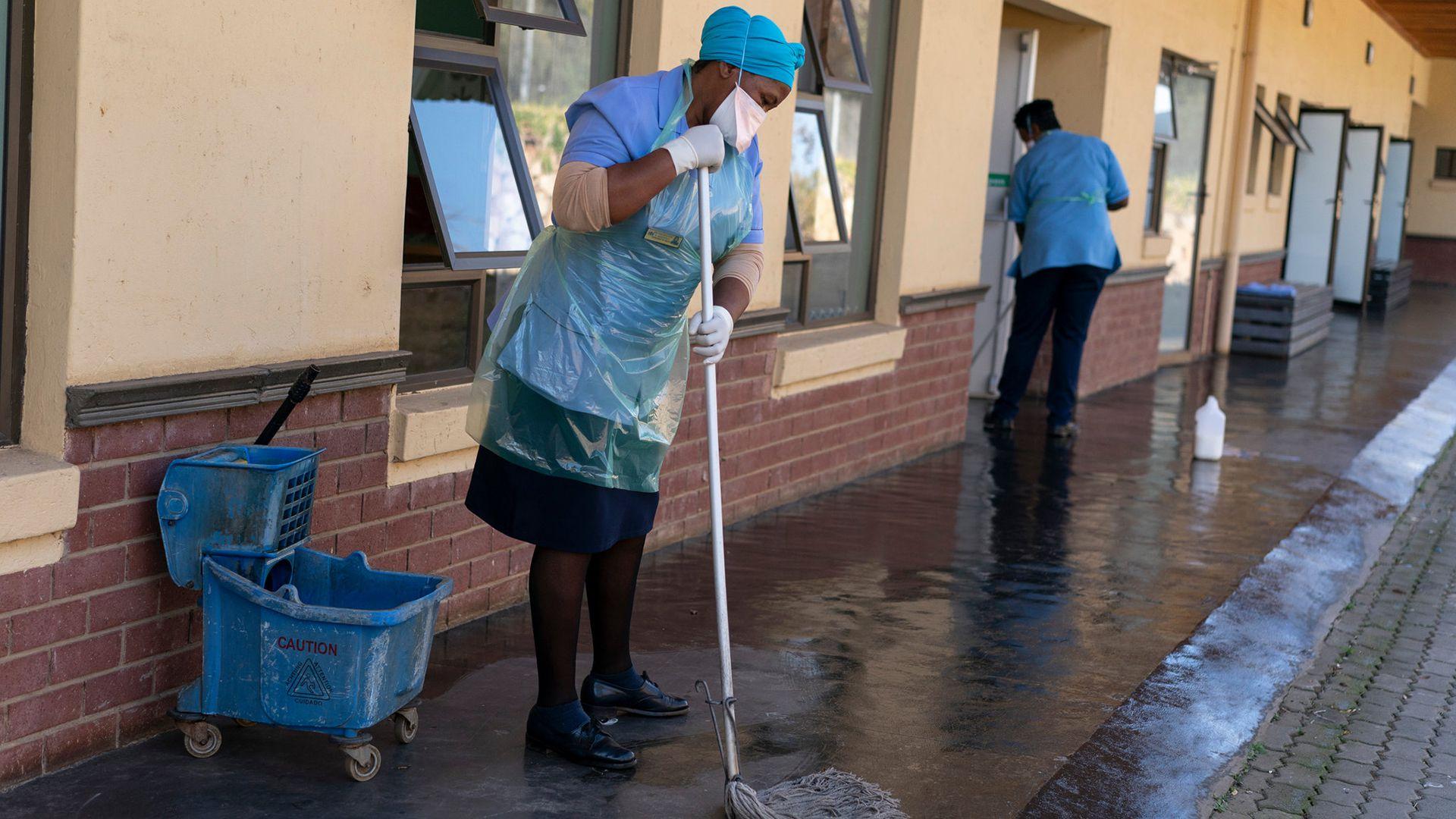 Trabajadores del hospital en Sizwe. El hospital fue construido originalmente por los británicos para pacientes con enfermedades contagiosas (Joao Silva/The New York Times)