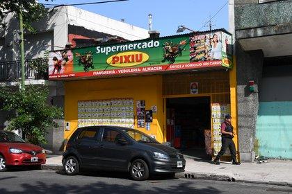El propietario de la camioneta incendiada es dueño de este supermercado chino (fotos: Maximiliano Luna)