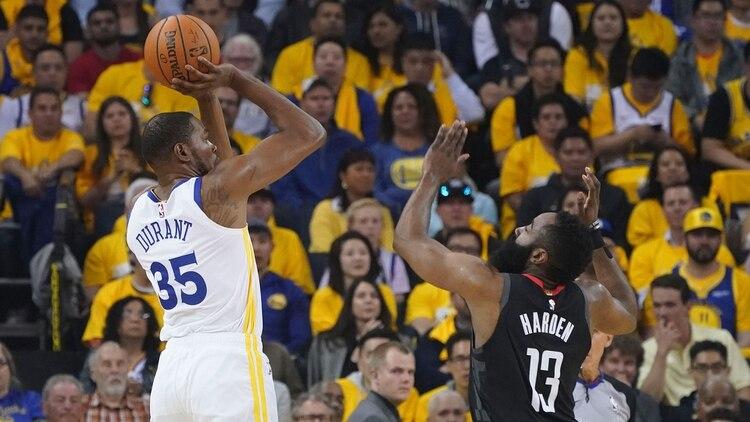Durant encabeza la lista de máximos anotadores en los playoffs de la NBA con 35.4 puntos de promedio (Reuters)