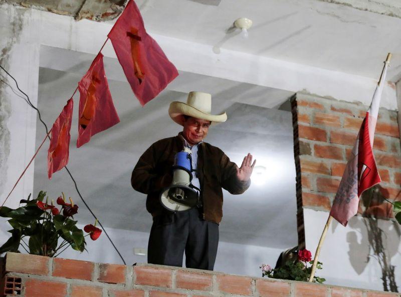 El candidato socialista Pedro Castillo habla a sus seguidores a la espera del resultado electoral en la ciudad de Tacabamba, Perú. Junio 6, 2021. REUTERS/Alessandro Cinque