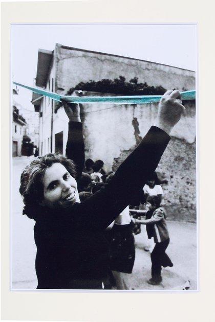 Legarsi alla montagna, 198. Marcador sobre impresión fotográfica de Piero Berengo Gardin (Cortesía Archivio Maria Lai by SIAE 2020)