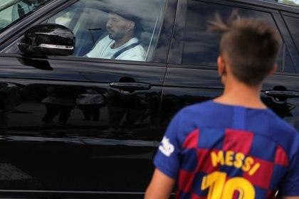Luis Suárez llega al complejo de Barcelona para realizar las pruebas de PCR (REUTERS / Nacho Doce)