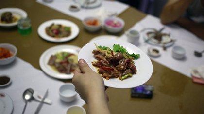 Un plato con carne de perro en un restaurante de Pyongyang. No hay estadísticas sobre la cantidad que se consume en el país (AP)