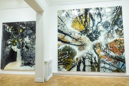 """A la izquierda """"Dancer in the dark"""" (250 × 200 cm), a la derecha """"Arriba viste"""" (300 × 300 cm), ambas en esmalte sobre chapas"""