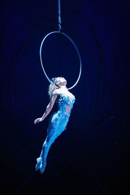En el cuenco de agua, Miranda una niña que atraviesa la transición de convertirse en mujer descubre sus cualidades físicas y expresa su sexualidad mientras realiza una rutina de equilibrio (Cortesía: Cirque du SOleil)