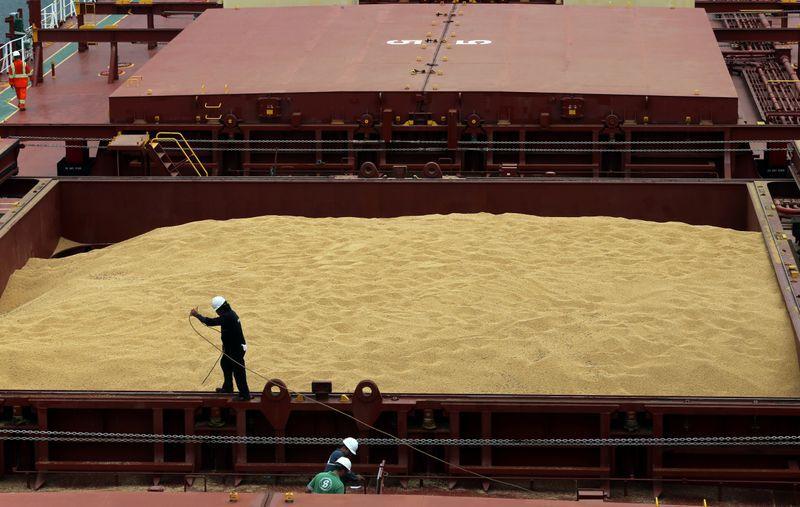 Carregamento de soja do Brasil partindo de terminal em Santos (SP) para a China REUTERS/Paulo Whitaker