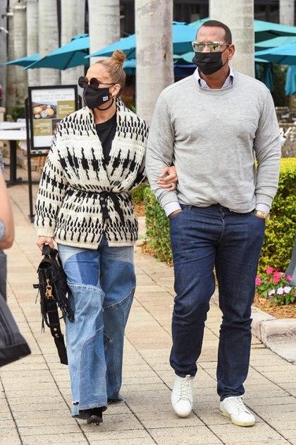Día de compras. Jennifer Lopez y Alex Rodríguez pasearon por las calles de Miami, en donde aprovecharon para hacer shopping. La cantante internacional se detuvo en un exclusivo local de cosmética y adquirió maquillajes