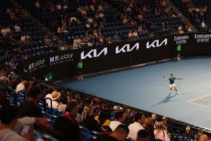El partido de Djokovic empezó con público pero ahora el Australian Open tendrá las gradas vacias por cinco días (Foto: REUTERS)