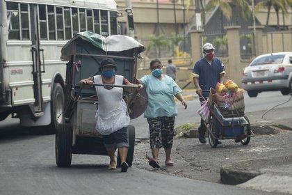 FOTO DE ARCHIVO: Trabajadores informales usan tapabocas en Managua, Nicaragua (EFE/Jorge Torres)