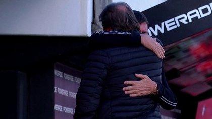 Emotivo abrazo entre Zielinski y Falcioni, que volvió a dirigir en medio de un duro momento personal