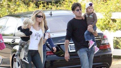 Junto a su ex, Denise Richards, y dos de sus hijos. Grosby Group 163