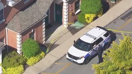 La policía frente a la casa en el condado de Suffolk en la que ocurrió el homicidio