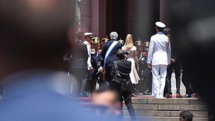El presidente fue recibido por el cuerpo de granaderos en la Casa Rosada