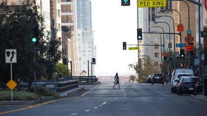 Una avenida luce vacía en el centro de Los Ángeles ayer 13 de agosto  REUTERS/Mario Anzuoni