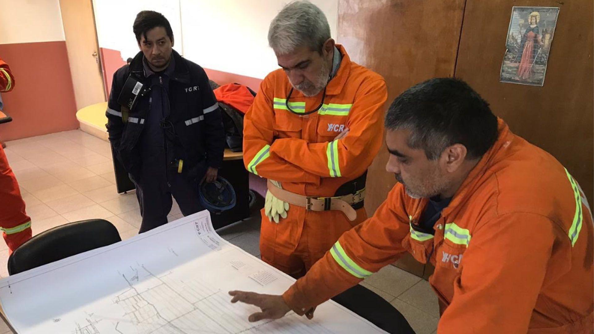 Se vistió con la ropa de trabajo reflectante e ingresó a una mina con un grupo de trabajadores