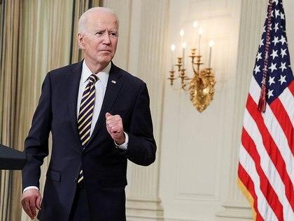 El presidente de Estados Unidos, Joe Biden, escucha una pregunta después de pronunciar un discurso en la Casa Blanca en Washington, Estados Unidos, 24 de febrero de 2021. REUTERS/Jonathan Ernst