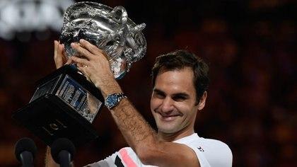 Roger Federer de Suiza tiene el trofeo de los ganadores después de vencer a Marin Cilic de Croacia en el partido final de individuales masculino el día 14 del torneo de tenis Abierto de Australia en Melbourne el 28 de enero de 2018 (AFP)