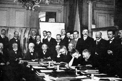 Marie Curie, única mujer en el Conseil Solvay de 1911, un congreso internacional de científicos