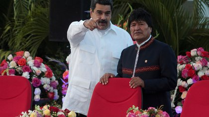 FILE PHOTO: Venezuela's President Nicolas Maduro speaks with Bolivia's President Evo Morales during the swearing-in ceremony for the third term of Nicaragua's President Daniel Ortega at the revolution square in Managua, Nicaragua January 10,2017. REUTERS/Oswaldo Rivas/File Photo