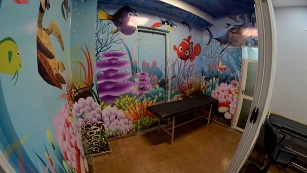 La sala que inauguró el Hospital Posadas esta diseñada para que los más pequeños se sientan contenidos durante la intervención.