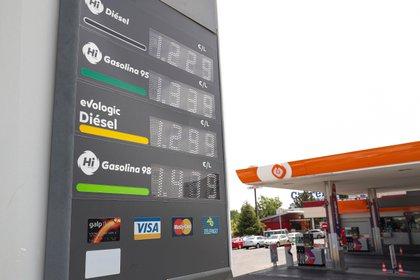 Panel informativo de precios de los combustibles en una gasolinera de Madrid. EFE/Emilio Naranjo/Archivo