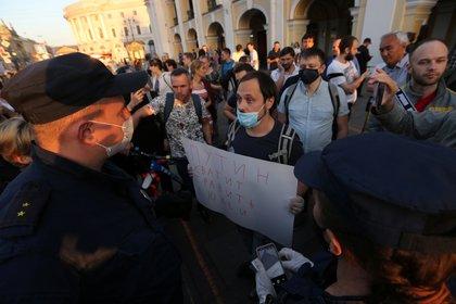 """Un hombre sostiene una pancarta que dice """"Putin, deja de envenenar a la gente"""" durante una protesta en San Petersburgo (REUTERS/Igor Russak)"""