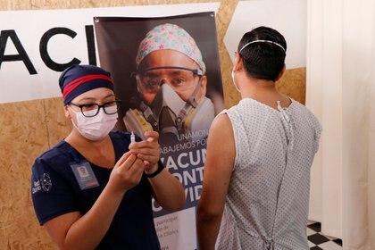 CanSino Biologics aplicó en Oaxaca las primeras cinco pruebas de la vacuna anticovid-19 (Foto: REUTERS/Jorge Luis Plata)