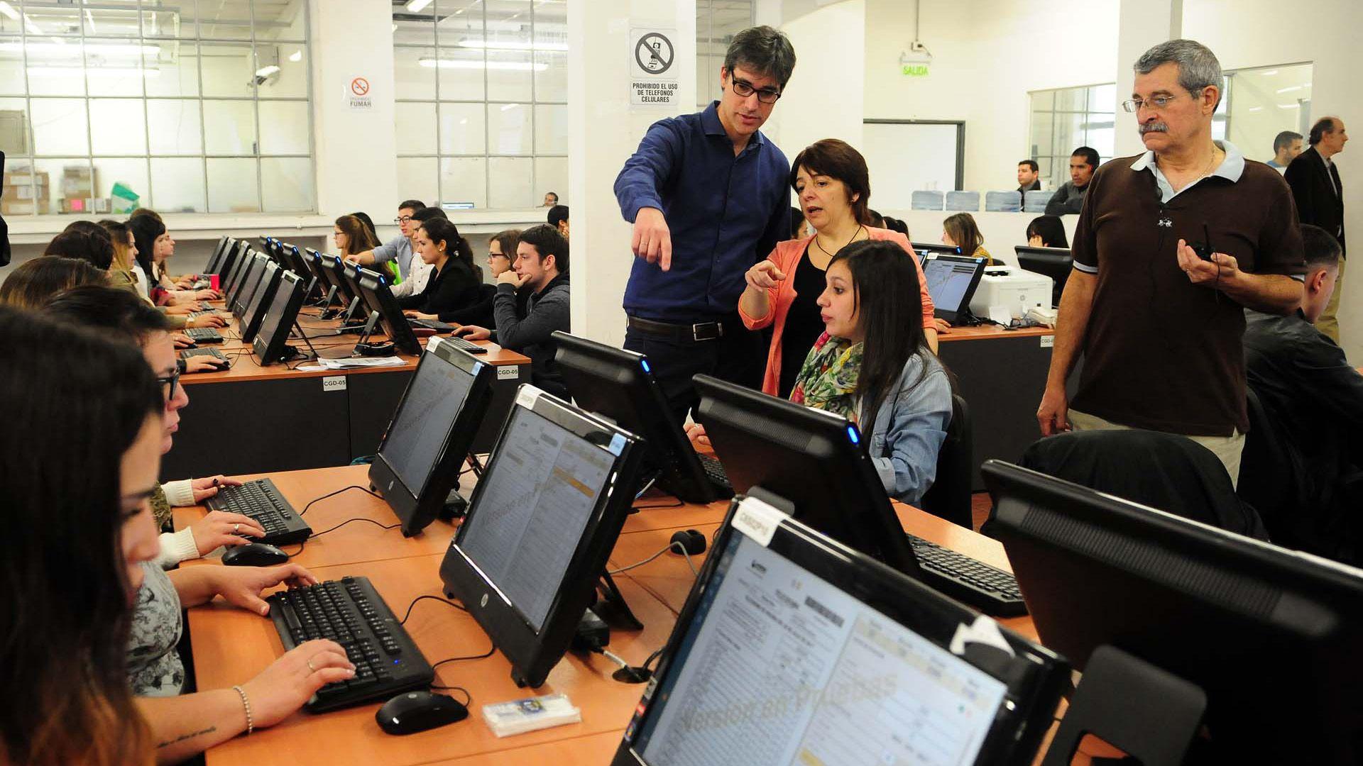 El secretario de Asuntos Políticos e Institucionales de la Nación, Adrián Pérez, en uno de los simulacros del escrutinio.