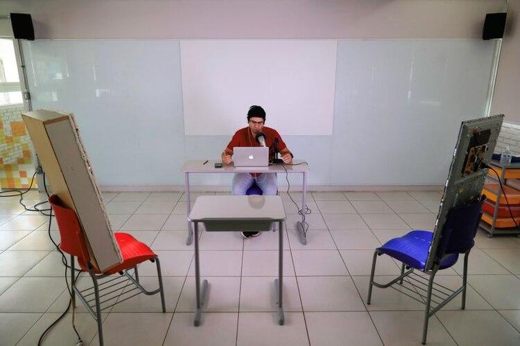 Un profesor de inglés en Brasil da una clase a distancia debido al brote del coronavirus (Reuters)