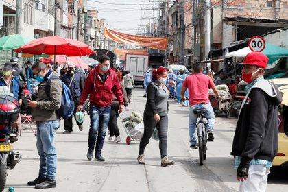 Personas caminan por el sector de Kennedy en Bogotá, Colombia (EFE/Carlos Ortega/Archivo)