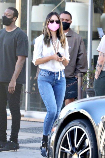 Eiza Gonzalez fue a comer al exclusivo restaurante 40 Love en West Hollywood, California. Estuvo acompañada por un grupo de amigos. Lució un jean, camisa blanca, tapabocas rosa y lentes de sol (Fotos: The Grosby Group)
