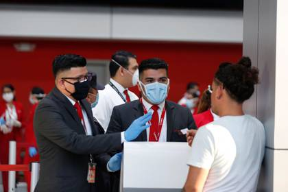 A través de sus redes sociales, el presidente Nayib Bukele denunció que un vuelo procedente de la Ciudad de México trasladaría a 12 personas infectadas con Covid-19 (Foto: REUTERS/Jose Cabezas)