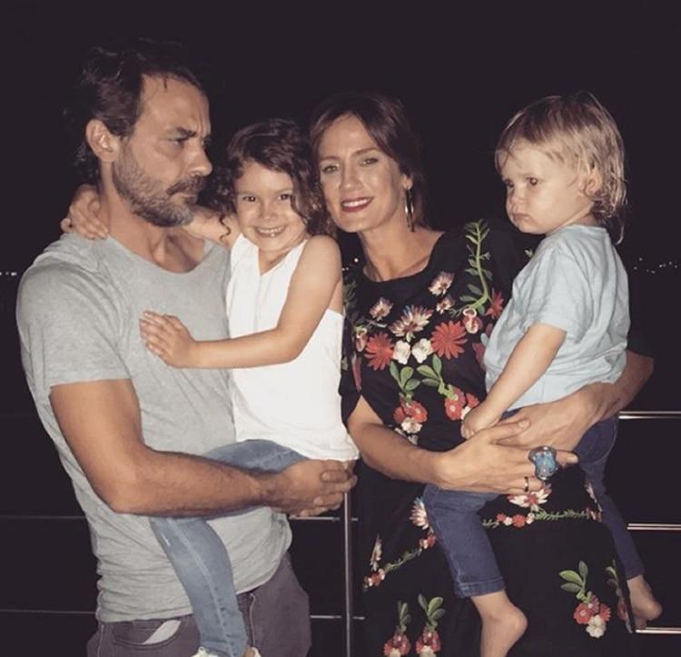 Pedro y Paula con sus hijos, Olivia y Baltazar, en brazos