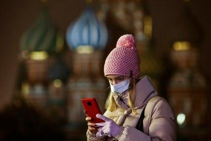 Una mujer utilizando su celular en la Plaza Roja de Moscú (Reuters)
