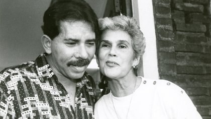 Dona Violeta Barrios de Chamorro defeated Daniel Ortega 31 years ago in a historic election that ended the Sandinista revolution.  The photograph corresponds to the moment in which Ortega acknowledges his defeat.  According to the memories of Dona Violeta, at that time the Sandinista leader was on the verge of tears and she embraced him maternally to comfort him.  (Courtesy La Prensa)