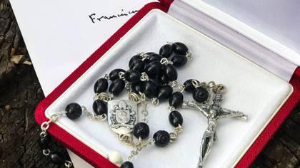 El rosario que le envió el papa Francisco a Lula da Silva