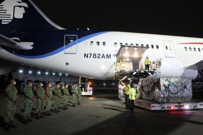 Soldados custodian un cargamento de mascarillas protectoras y guantes provenientes de China, para apoyar al sector salud Foto: REUTERS